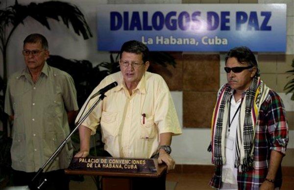 Pablo Catatumbo de las Fuerzas Armadas Revolucionarias de Colombia (FARC) habla con periodistas acompañado por Jesús Santrich, a la derecha, y Ricardo Tellez en La Habana, Cuba, el miércoles 15 de enero de 2014. (AP foto/Franklin Reyes)