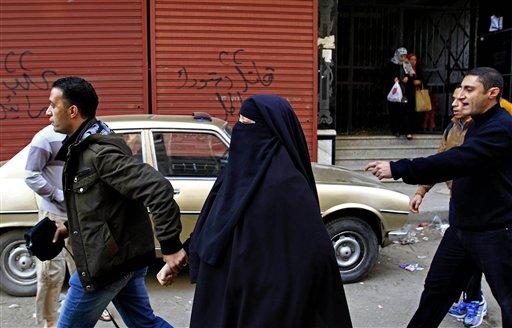 Un policía vestido de civil arresta a una simpatizante del derrocado presidente Mohamed Morsi durante enfrentamientos en El Cairo, el viernes 3 de enero de 2013. Los choques se extendieron a zonas residenciales densamente pobladas en varias ciudades y provincias, incluidas El Cairo, Giza, Ismailia y Alejandría. (Foto AP/Ahmed Abd El Latif, periódico El Shorouk)