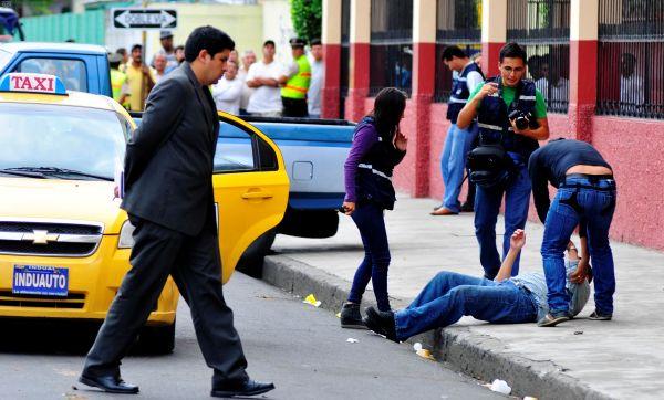 Guayaquil 9 de Enero del 2014. El fiscal César Peña dirigió la reconstrución de los hechos por el secuestro  express de la pareja de turistas japoneses Hitomi Tetsuo y su esposa, Shatumy Maryko, y el posterior asesinato de uno de ellos. Calles San Martin entre Carchi y Tungurahua. Foto: Marcos Pin / API