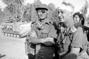 Sharon junto a Moshe Dayan durante la guerra del Yom Kipur, en 1973.
