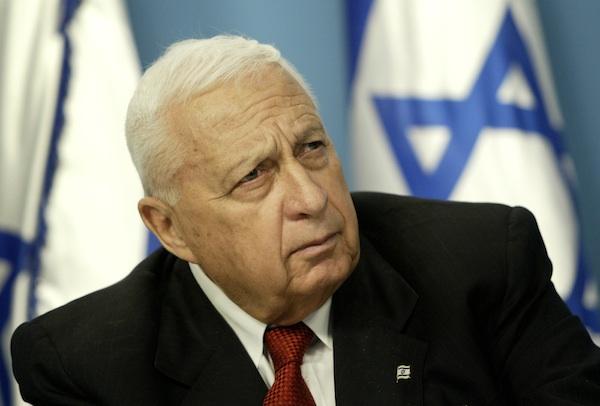 En esta imagen de archivo del domingo 16 de mayo de 2004, el entonces primer ministro israelí Ariel Sharon escucha en su oficina en Jerusalén durante una conferencia de prensa sobre la reforma educativa. (Foto AP/Oded Balilty, archivo)