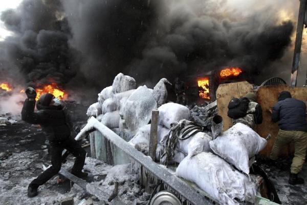 Agentes antidisturbios y manifestantes antigubernamentales se enfrentan en Kiev (Ucrania) hoy, jueves 23 de enero de 2014.  EFE/Zurab Kurtsikidze