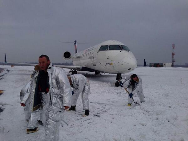 El aeropuerto John Fitzgerald Kennedy (JFK) de Nueva York, uno de los más grandes del país, tuvo que cerrar durante algunas horas después de que un avión patinase sobre el hielo y se empotrara contra un banco de nieve.