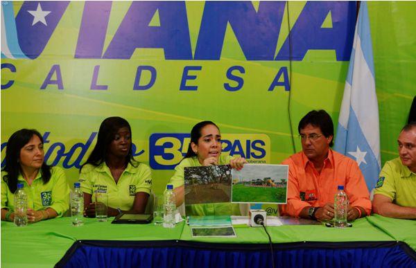 La candidata a la alcaldía de Guayaquil, Viviana Bonilla, muestra dos fotografías con las que quiere demostrar que la cantidad de áreas verdes de Quito son mucho mayores que en Guayaquil, al inicio de su campaña electoral, el martes 7 de enero de 2014. API/Marcos Pin