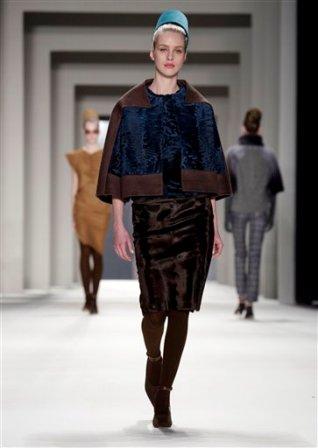 Una modelo luce un diseño de la colección otoño 2014 de Carolina Herrera en la Semana de la Moda de Nueva York, el lunes 10 de febrero del 2014. (AP Foto/Richard Drew)