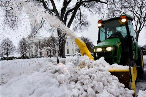 Una barredora de nieve despeja una salida de la Casa Blanca en Washington el jueves 13 de febrero del 2014 durante una tormenta invernal. (AP Foto/Jacquelyn Martin)