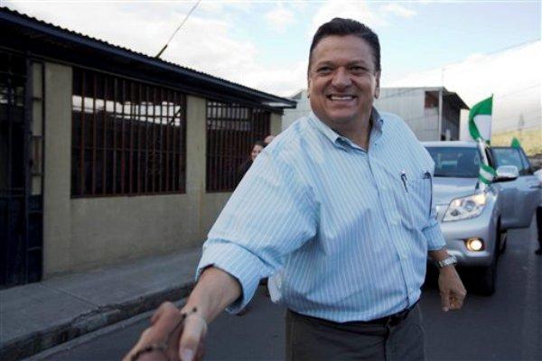 El ex alcalde capitalino y candidato presidencial del Partido Liberación Nacional, Johnny Araya, saluda a simpatizantes durante un mitin de campaña en el vecindario Los Guidos, en San José, Costa Rica, el 31 de enero de 2014. Más de tres millones de costarricenses eligen el domingo 2 de febrero de 2014 al próximo presidente del país y diputados a la Asamblea Legislativa que gobernarán durante los próximos cuatro años. (Foto AP/Moises Castillo)