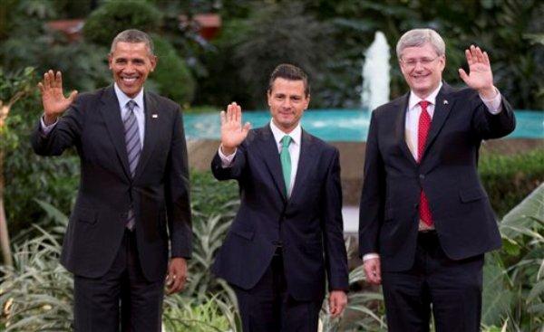 s Barack Obama, izquierda, de Estados Unidos, Enrique Peña Nieto, centro, de México, y el primer ministro de Canadá Stephen Harper saludan ante las cámaras antes de la cumbre de Norteaméricana, en Toluca, México, el miércoles 19 de febrero de 2014. (Foto AP/Eduardo Verdugo)