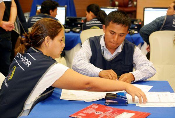 Guayaquil 25 de Febrero del 2014. Proceso de escrutinio en la delegacion provincial del CNE. Foto: Marcos Pin /API