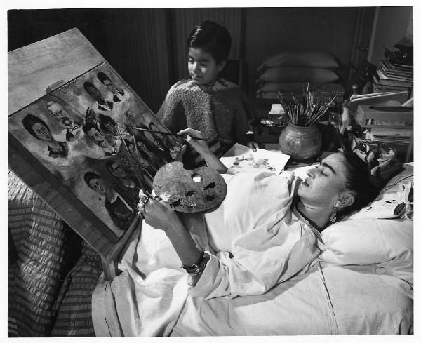 Frida-Kahlo pinta acostada