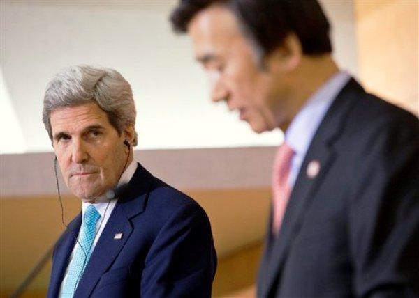 El secretario de Estado norteamericano John Kerry y el ministro de Exteriores de Corea del Sur Yun Byung-se (dercha) se reunieron el jueves 13 de febrero de 2014 en Seúl, Corea del Sur. Kerry y Sur Yun Byung-sen desestimaron las solicitudes del Norte para suspender los ejercicios militares conjuntos entre ambos países. (Foto de AP/ Evan Vucci, Pool)