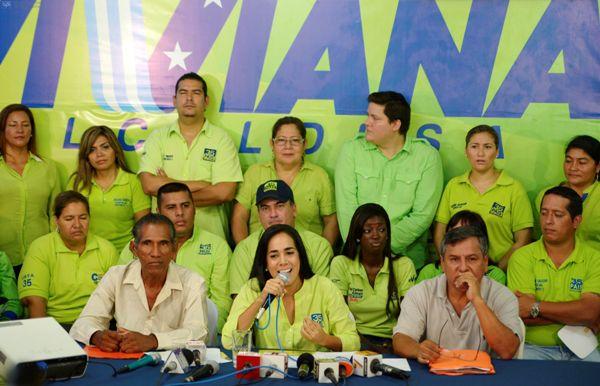 Guayaquil 17 de Febrero del 2014. Viviana Bonilla candidata a la Alcaldia de Guayaquil, en compañia de dos canillitas, denunció los atropellos que cometen los miembros de la policia metropolitana. Foto: Marcos Pin /API