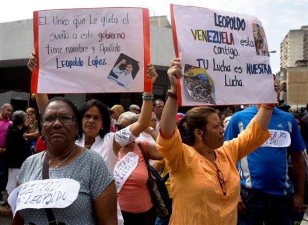 Seguidores del político opositor venezolano Leopoldo López protestan fuera del Palacio de Justicia en Caracas, Venezuela, el miércoles 19 de febrero de 2014. Las autoridades presentarán el miércoles en los tribunales a López para iniciarle un proceso por su presunta responsabilidad en los hechos violentos ocurridos la semana pasada, mientras persisten las tensiones por las protestas que ya suman cinco fallecidos.(AP foto/Rodrigo Abd)