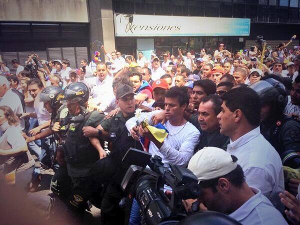 Leopoldo López, el momento que se entrega.