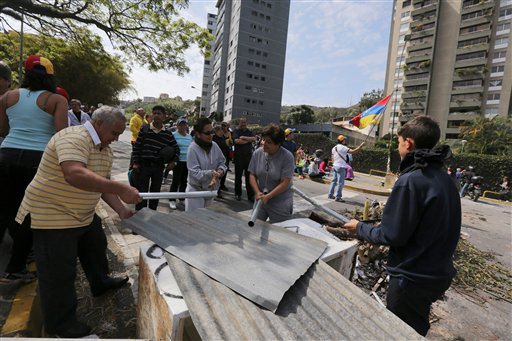 Manifestantes golpean chapas en Caracas