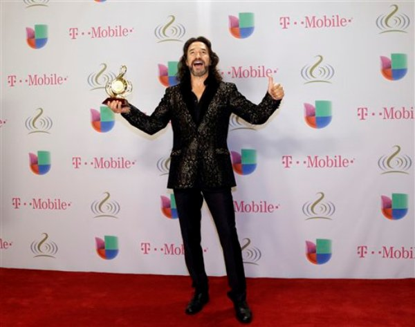 Marco Antonio Solís posa tras ganar el Premio Lo Nuestro al artista masculino pop del año, el jueves 20 de febrero del 2014 en Miami. (AP Foto/J Pat Carter)