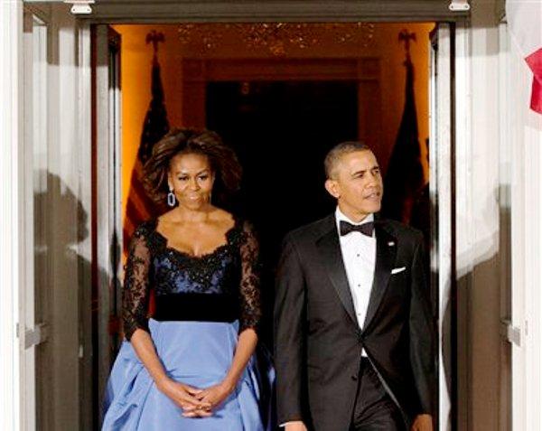 La primera dama Michelle Obama y el presidente Barack Obama esperan la llegada del presidente francés François Hollande para un banquete de honor en el Pórtico Norte de la Casa Blanca el martes 11 de febrero del 2014 en Washington. (Foto AP/ Evan Vucci)
