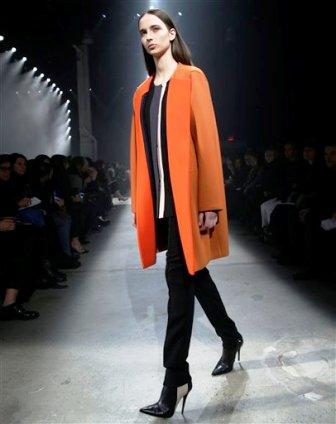Una modelo presenta piezas de la colección otoño 2014 de Narciso Rodríguez en la Semana de la Moda de Nueva York el martes 11 de febrero de 2014. (AP Photo/Kathy Willens)