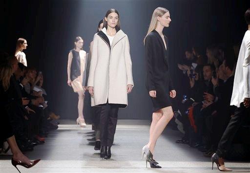 Modelos presentan piezas de la colección otoño 2014 de Narciso Rodríguez en la Semana de la Moda de Nueva York el martes 11 de febrero de 2014. (AP Photo/Kathy Willens)