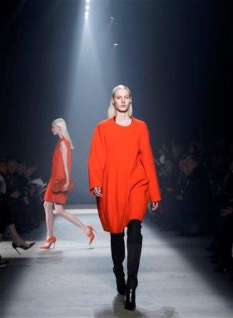 Modelo presentan piezas de la colección otoño 2014 de Narciso Rodríguez en la Semana de la Moda de Nueva York el martes 11 de febrero de 2014. (AP Photo/Kathy Willens)