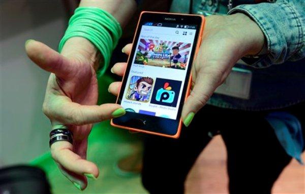 Una mujer muestra el nuevo Nokia XL en el Mobile World Congress, la conferencia de telefonía celular más grande del mundo en Barcelona, España, el miércoles 26 de febrero de 2014. Nokia Corp. agregó la herramienta Fastlane a sus celulares con sistema Android para facilitar el uso de aplicaciones. (Foto AP/Manu Fernández)