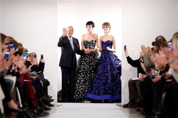 Oscar de la Renta recibe el aplauso del público tras el desfile de su colección otoño 2014 en la Semana de la Moda de Nueva York el martes 11 de febrero de 2014. (Foto AP/Jason DeCrow)