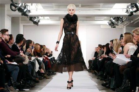 Una modelo presenta piezas de la colección otoño 2014 de Oscar de la Renta en la Semana de la Moda de Nueva York el martes 11 de febrero de 2014. (Foto AP/Jason DeCrow)