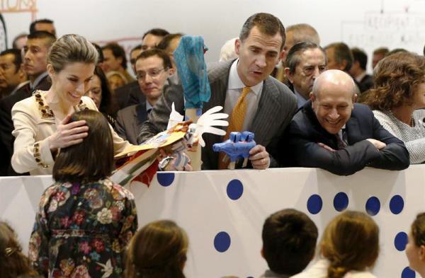 Los Príncipes de Asturias, Felipe y Letizia, junto al ministro de Educación, José Ignacio Wert (d), durante la inauguración hoy de la 33 edición de ARCO