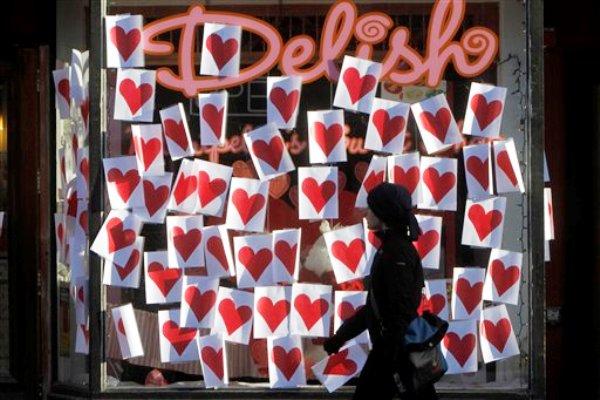 Una persona pasa frente a un aparador adornado con corazones por el Día de San Valentin en Montpelier, Vermont, el 14 de febrero de 2012. Según una encuesta en Estados Unidos, todas las opciones de regalos son correctas para el Día de San Valentín, que cae el próximo viernes. (AP Foto/Toby Talbot)