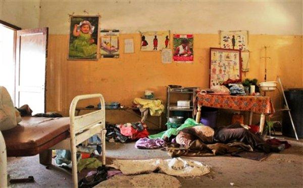 El cadáver de un civil yace en la habitación de un hospital en Malakal, Sudán del Sur, el miércoles 26 de febrero de 2014. El organismo activista Human Rights Watch acusó el jueves 27 de febrero al gobierno y rebeldes de cometer abusos equiparables a crímenes de guerra al pelear los territorios de Malakal y Bentiu. (Foto AP/Ilya Gridneff)