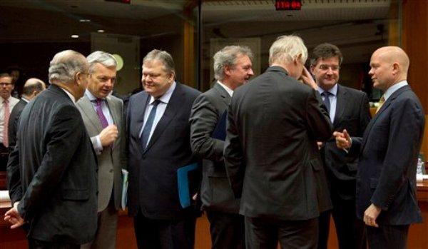 Cancilleres de la Unión Europea conversan poco antes de inaugurar oficialmente una reunión de ministros de relaciones exteriores de la UE en Bruselas, el lunes 10 de febrero de 2014. (Foto AP/Virginia Mayo)