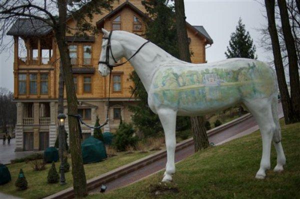 Un caballo ornamental a la entrada de la residencia campestre del presidente ucraniano Viktor Yanukovych en Mezhyhirya, región de Kiev, Ucrania, el sábado 22 de febrero de 2014. Numeroso público pudo entrar al lujoso complejo de edificios después que Yanukovich huyó de Kiev. (Foto AP/Andrew Lubimov)