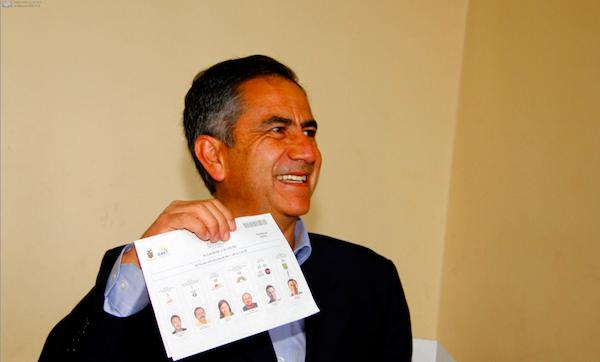 El alcalde de Quito, candidato a la reelección, Augusto Barrera, vota el 23 de febrero de 2014. API/Javier Cazar.