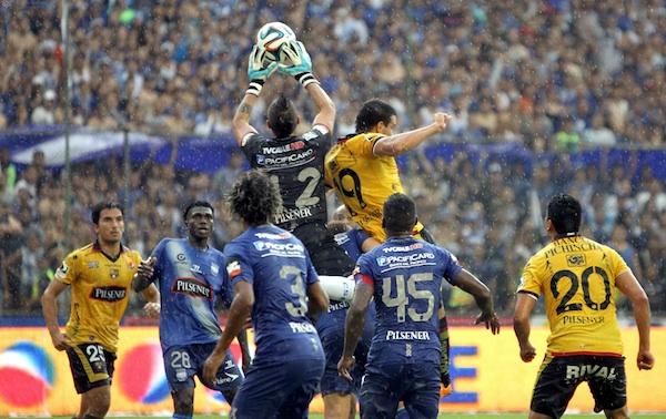Foto de archivo. Guayaquil, sábado 22 de febrero del 2014 Barcelona pierde 1-2 ante Emelec en el primer Clásico del Astillero; el partido se jugó en el estadio Monumental y corresponde a la sexta fecha del campeonato ecuatoriano de futbol Foto API/Duham.