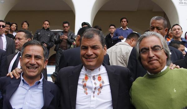 El Presidente Rafael Correa, junto al alcalde de Quito, Augusto Barrera, y el Prefecto de Pichincha, Gustavo Baroja, ambos candidatos a la reelección, el 23 de febrero de 2014.