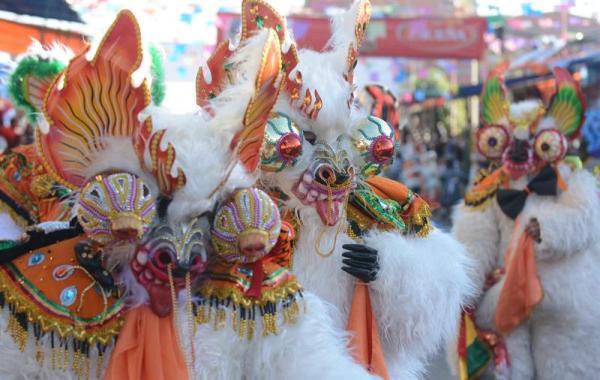 ORURO (BOLIVIA), 01/03/2014.- Participantes en el Carnaval de Oruro (Bolivia) hoy, sábado 1 de marzo de 2014. Las inundaciones que sufre Bolivia y que se han cobrado 59 vidas y 60.000 familias damnificadas ensombrecieron este año el espectacular Carnaval de Oruro, reconocido por la Unesco como patrimonio oral e intangible de la humanidad desde 2001. EFE
