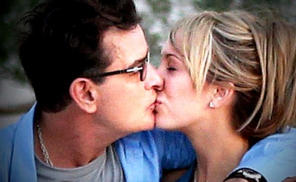 Charlie Sheen, y su entonces novia, Brett Rossi, en febrero de 2014, cuando ya sabía que tenía VIH.