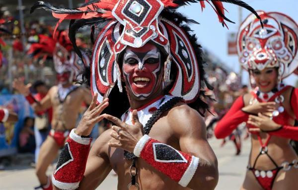 BARRANQUILLA (COLOMBIA), 01/03/2014.- Integrantes de una comparsa desfilan en el Carnaval de Barranquilla que arranca hoy, sábado 1 de marzo de 2014, en Barranquilla (Colombia) con el desfile de la Batalla de Flores, que recorre cerca de seis kilómetros por la Vía 40, en donde las carrozas, los disfraces y comparsas atraen a miles de personas. Este es el décimo aniversario de la declaración de esta tradicional fiesta folclórica como patrimonio Obra Maestra del Patrimonio Oral e Inmaterial de la Humanidad por la Organización de las Naciones Unidas para la Educación, la Ciencia y la Cultura (Unesco).