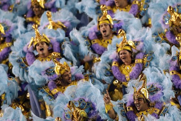 Artistas de la escuela de samba Salgueiro bailan mientras cantan al unísono en un desfile en el Sambódromo durante las celebraciones de carnaval en Rio de Janeiro, Brasil, el lunes 3 de marzo del 2014. (Foto AP/Felipe Dana)