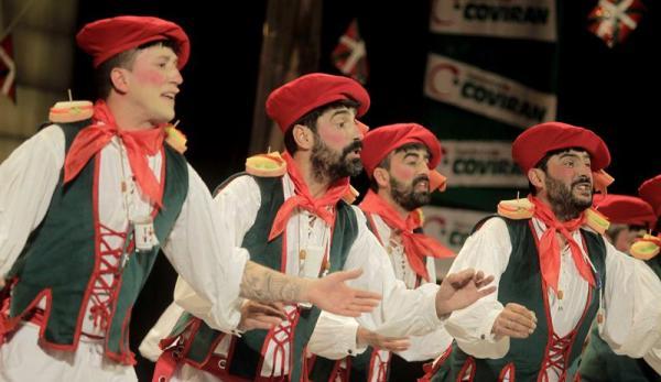 """CÁDIZ, 01/03/2014.- La chirigota """"Lo siento Patxi, pero no todo el mundo puede ser de Euskadi"""", durante su actuación anoche en la Final del Concurso Oficial de Agrupaciones Carnavalescas (COAC), que tuvo lugar en el Gran Teatro Falla de Cádiz. EFE/Víctor López"""