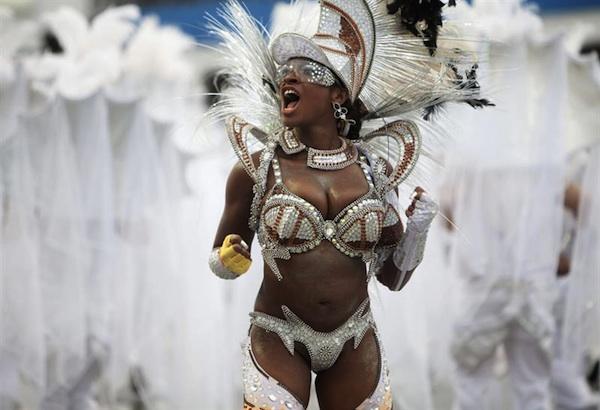 SAO PAULO (BRASIL), 01/03/2014.- Una integrante de la escuela de samba del Grupo Especial Tom Maior, durante el desfile hoy en la celebración del carnaval en el sambódromo de Anhembí en Sao Paulo, la mayor ciudad de Brasil, donde las escuelas de samba de elite comenzaron ayer su exhibición, que terminará hoy, justo un día antes del comienzo de las cariocas. EFE/Sebastiao Moreira