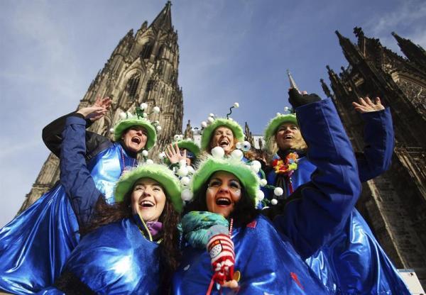 COLONIA (ALEMANIA) 27/02/2014.- un grupo de mujeres disfrazadas posa ante la Catedral de Colonia (Alemania) el jueves 27 de febrero de 2014. Los carnavales comienzan en Alemania con el Día del Carnaval de la Mujer en lugares como Mainz, Düsseldorf o Colonia, en los que la mujer entran en los Ayuntamientos y simbólicamente toman el poder. EFE/Oliver berg