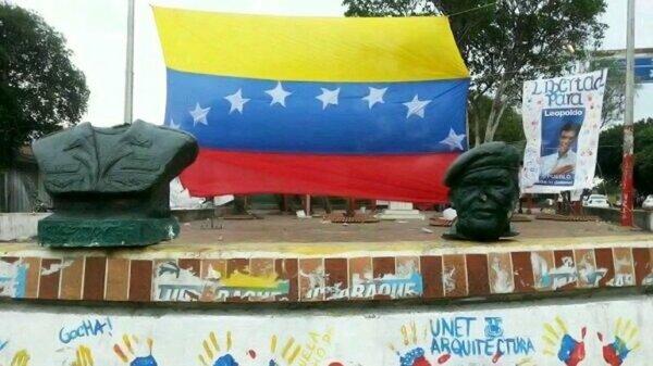 Busto decapitado de Hugo Chávez en la ciudad de San Cristóbal, en Táchira.