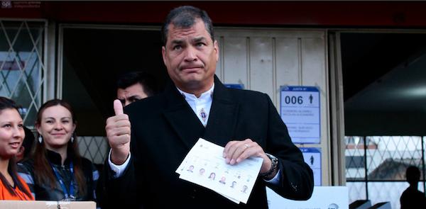 El Presidente Rafael Correa vota el 23 de febrero de 2014. API/Juan Cevallos.