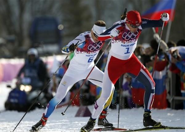 El noruego Ola Vigen Hattestad saca ventaja sobre el sueco Teodor Peterson rumbo a la victoria en el sprint del esquí de fondo masculino de los Juegos Olímpicos de Invierno, el martes 11 de febrero de 2014, en Krasnaya Polyana, Rusia. (AP Foto/Felipe Dana)