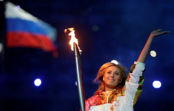 La tenista rusa Maria Sharapova carga la antorcha olímpica en la inauguración de los Juegos de Invierno en Sochi el viernes, 7 de febrero de 2014, en Sochi, Rusia. (AP Photo/Matt Dunham)