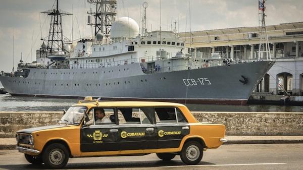El Viktor Leonov CCB-175 — un barco de la clase Vishnya, usados generalmente en labores de espionaje — atrajo la mirada de los curiosos al atracar en la terminal de cruceros de la Habana Vieja, en febrero de 2014