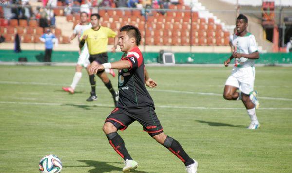 Foto de archivo. Ambato, 8 de febrero del 2014 Johnny Uchuari en el partido entre Mushuc Runa y Liga de Loja en el estadio Bellavista de Ambato. APIFOTO: Carlos Campaña.