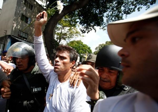 Leopoldo López, el 18 de febrero de 2014, cuando se entregó a las autoridades.  (AP foto/Alejandro Cegarra)
