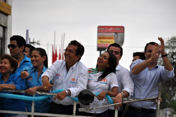 El candidato a la alcaldía de Manta por el movimiento SUMA, Jorge Zambrano Cedeño, recorre las calles de su ciudad en el cierre de campaña de hoy, jueves 20 de febrero de 2014. Foto API/Ariel Ochoa